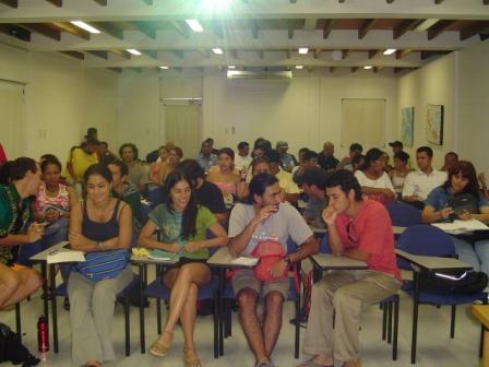 Los participantes a la espera del comienzo de una de las sesiones teóricas en el auditorio de La Universidad Nacional.