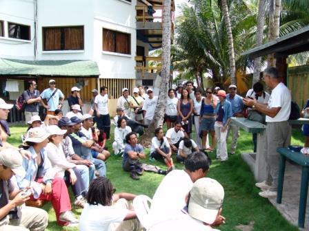 Bill Hilton, instructor, da una charla sobre el anillamiento de colibríes en el Red Crab.