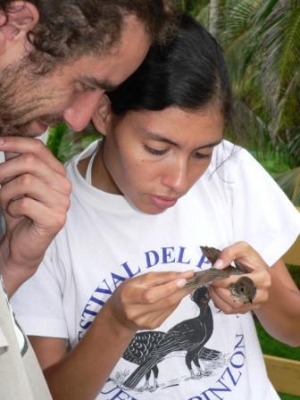 Nick Bayly, Instructor, acompaña el aprendizaje de Eliana Machado, participante fundación ProAves.