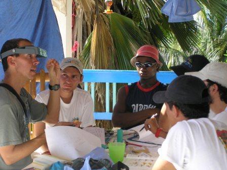 El instructor Keith Larson hace una explicación a su grupo de estudiantes en el Eco Hotel Caribe Azul.