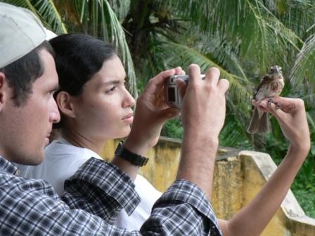 Duvier Ramírez y Eliana Machado tomando una foto a Pheucticus ludovicianus.