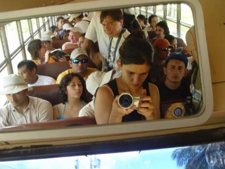 Todos los participantes en el bus de la Iglesia Bautista Emmanuel.