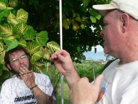 Bob Frey, instructor, explica a Mauricio Ugarte - Perú, el proceso de reparación de redes.
